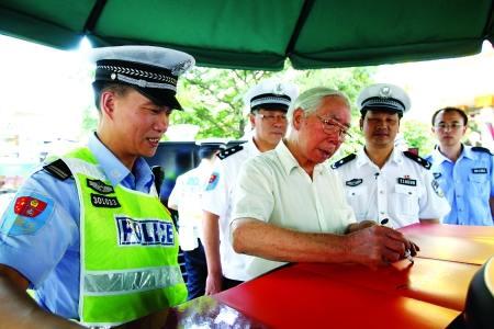 吕远到重庆交巡警平台体验 创作《交巡警之歌》