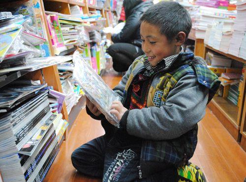 """""""志愿者刘林告诉记者,九岁的马卡伍之所以这么矮小,吉子约哈莫的头发"""